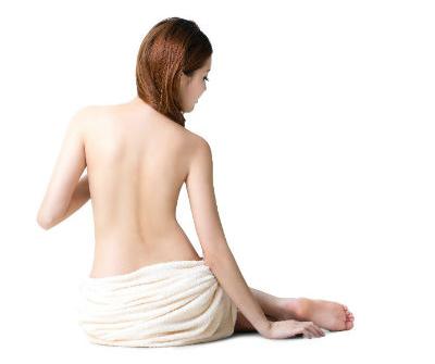Una costante spazzolatura della pelle e la conseguente eliminazione delle cellule morte renderà la vostra pelle luminosa e pulita in breve tempo. (Foto: 123rf.com)